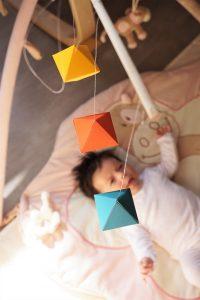 le mobile octaedre offre un agréable moment de découverte à bébé