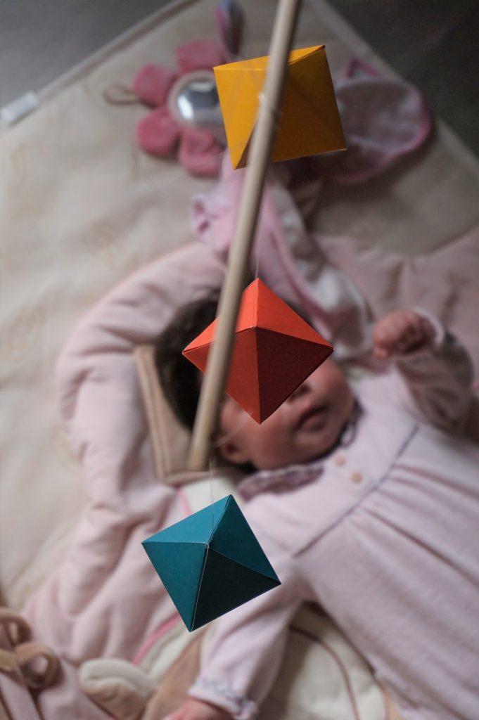 le mobile montessori aux jolies couleurs contratées