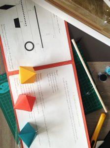 un livret explicatif accompagne le kit pour créer ses mobiles montessori