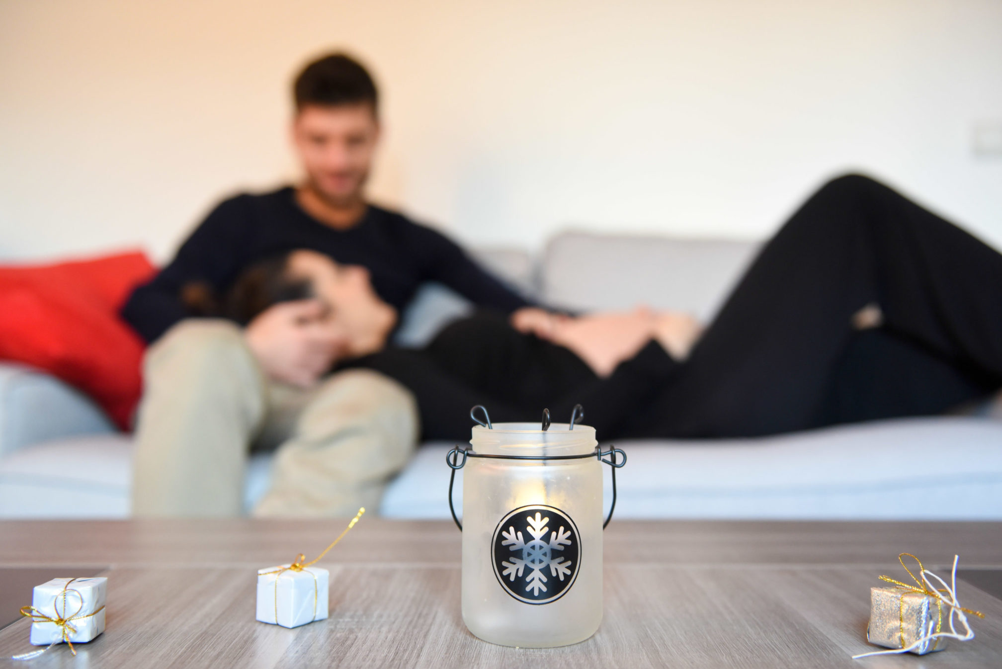 seance couple en mode cocooning pour le shooting photo grossesse