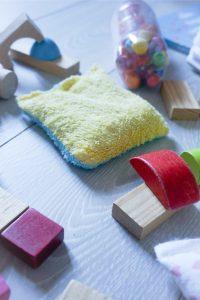 les carres de tissus sont un excellent jouet pour les bébés